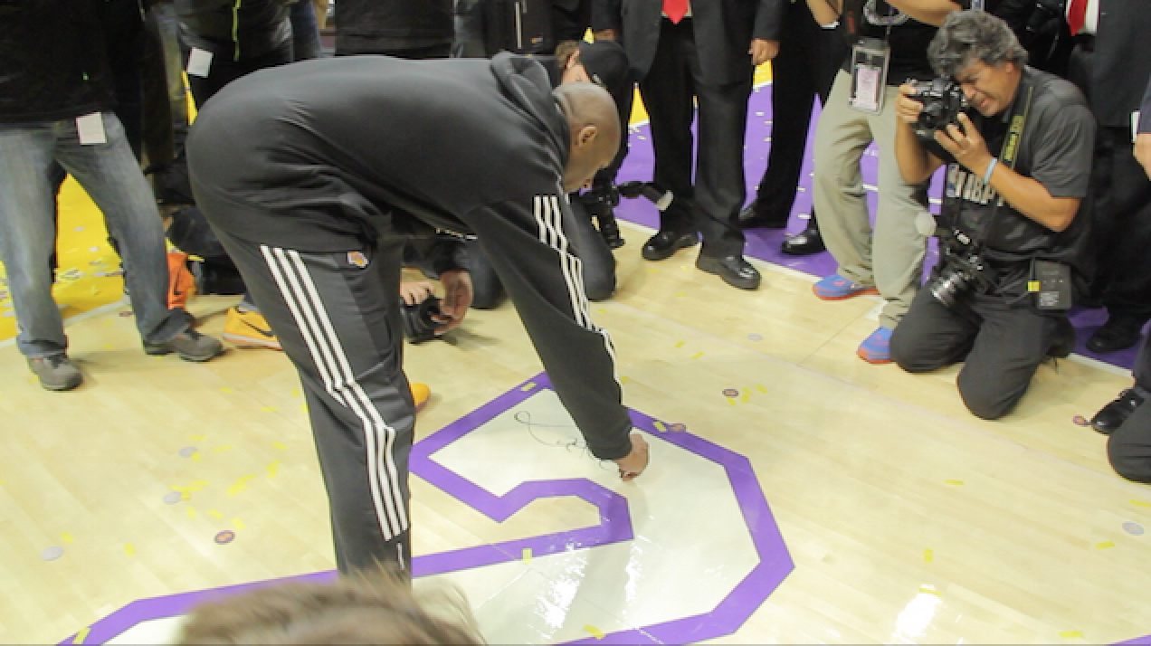 Kobe Bryant Signs The Court After Final Lakers Game (video)