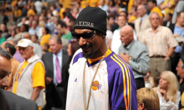 reputable site fce00 52c20 Lakers Video: Rapper Snoop Dogg Receives LeBron James Jersey ...